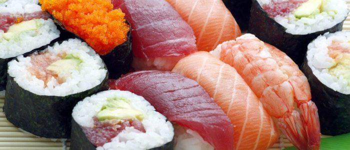 Sushi z surową rybą, kalmarem i krewetką