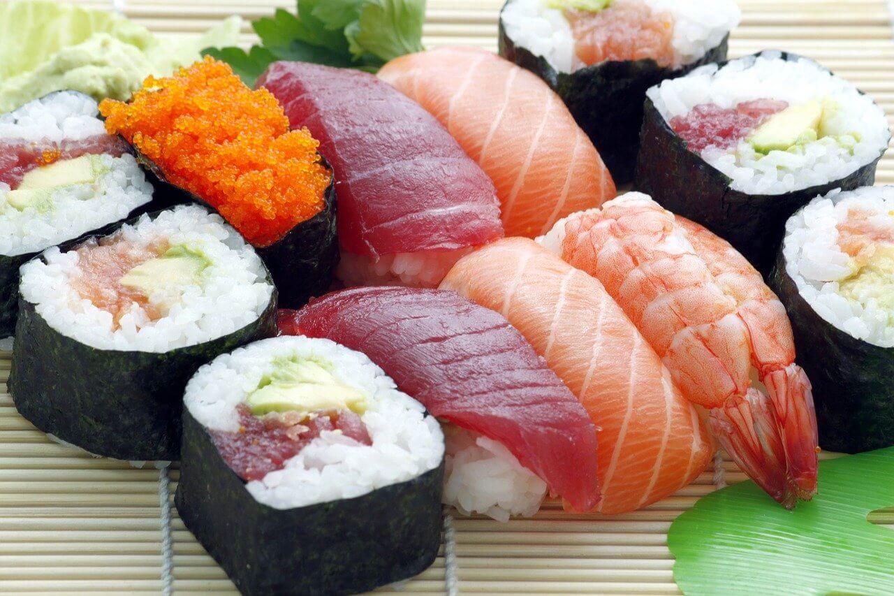 Sushi z surową rybą